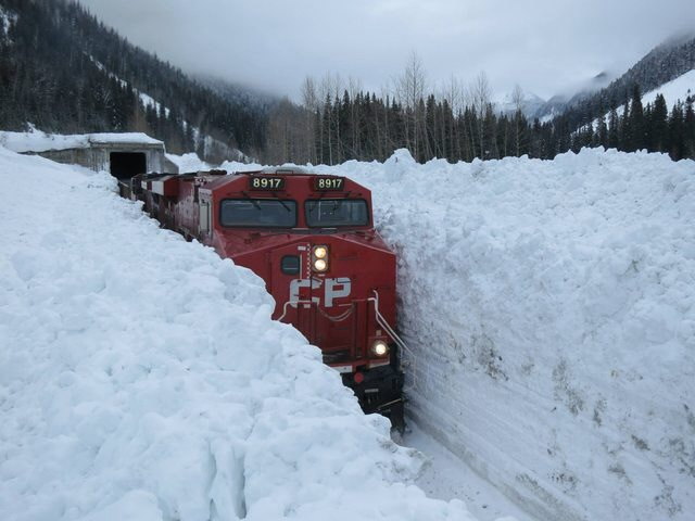 Canadian Pacific train moving through avalanche f6d5e4