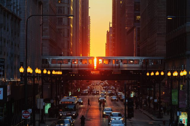 setting sun is visible down the streets of Chicago 2f5g
